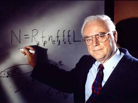 Frank Drake mentre scrive la sua equazione alla lavagna