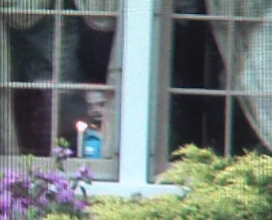 Fantasma appare nella finestra di una casa