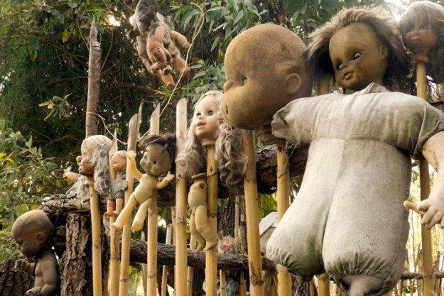 bambole impiccate alla staccionata