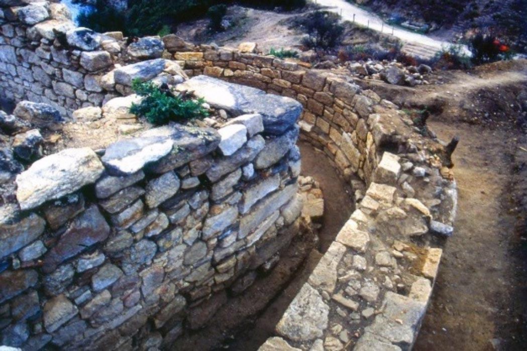 ARCHEOLOGI GRECI SOSTENGONO DI AVER TROVATO LA TOMBA DI ARISTOTELE